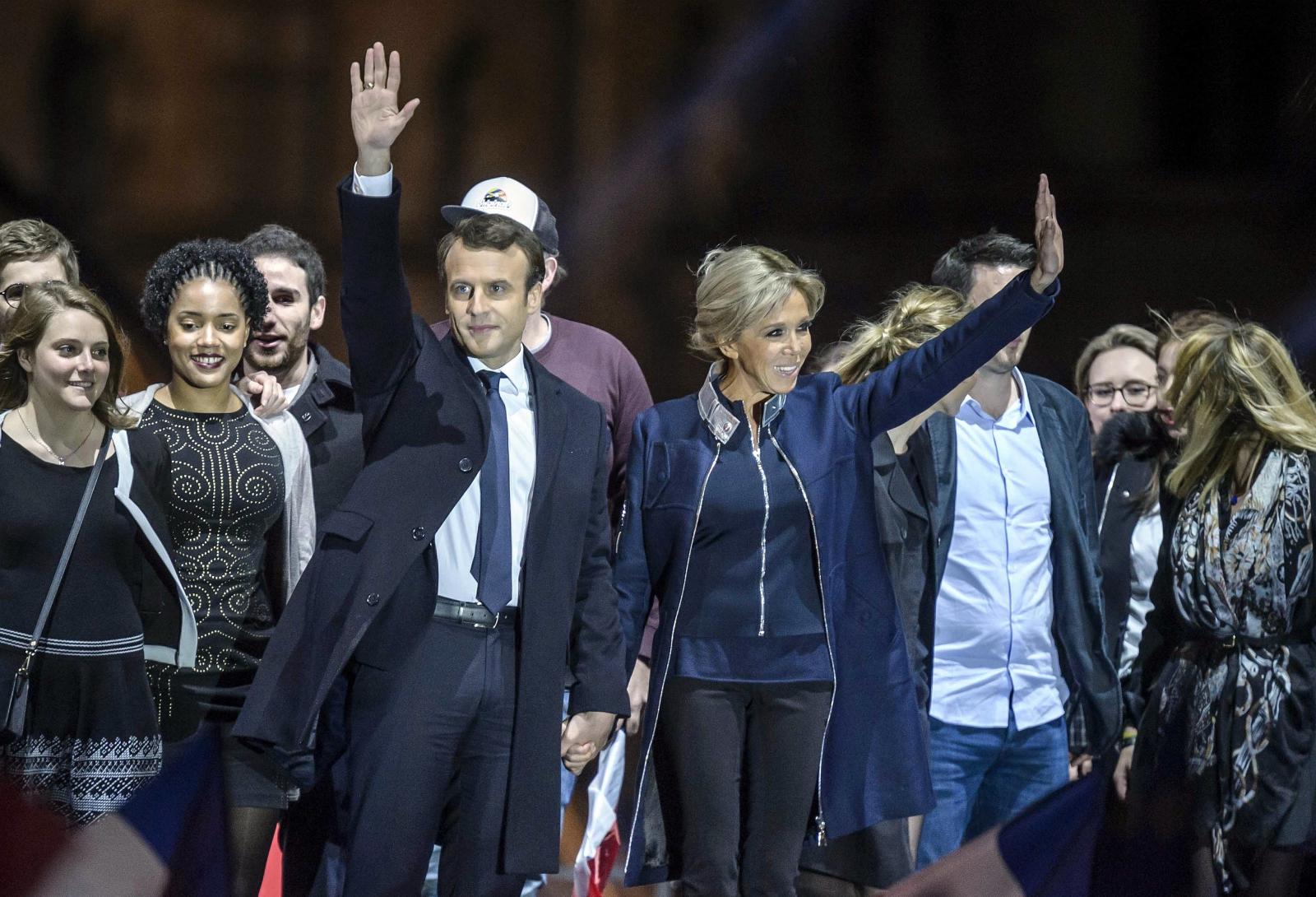 Emmanuel Macron z żoną świętują zwycięstwo w II turze wyborów prezydenckich we Francji.