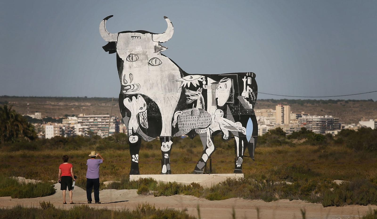 """Na jednym w """"Byków Osborne'a"""", charakterystycznych przydrożnych banerach w kształcie byków, pojawiło się graffiti fragmentem obrazu Guernicca Pabla Picassa."""
