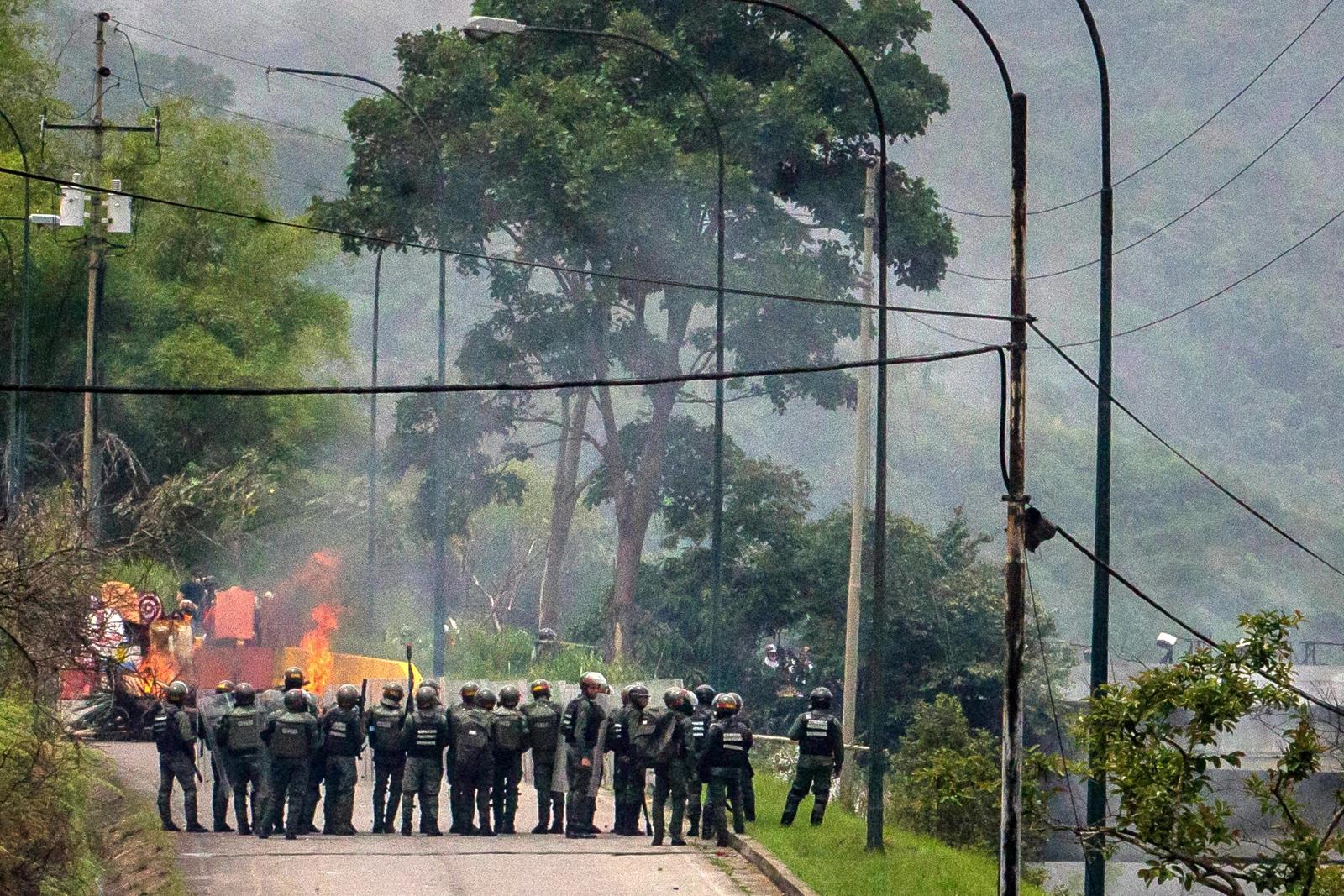 Członkowie Boliwijskiej Gwardii Narodowej pacyfikują grupę protestujących w czasie trwającego już kolejny miesiąc kryzysu.