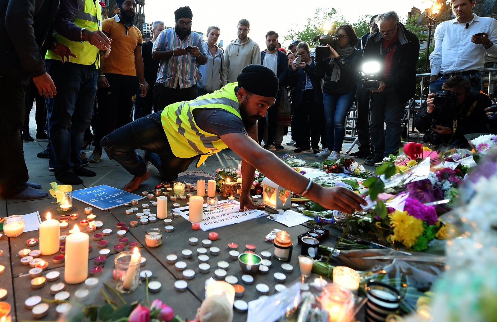 Ludzie oddają hołd ofiarom ostatniego zamachu, Manchester, Wielka Brytania.