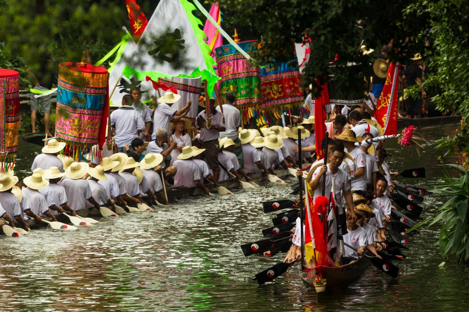Drużyny przygotowują się do Wyścigu Smoczych Łodzi na Rzece Perłowej w Kantonie.