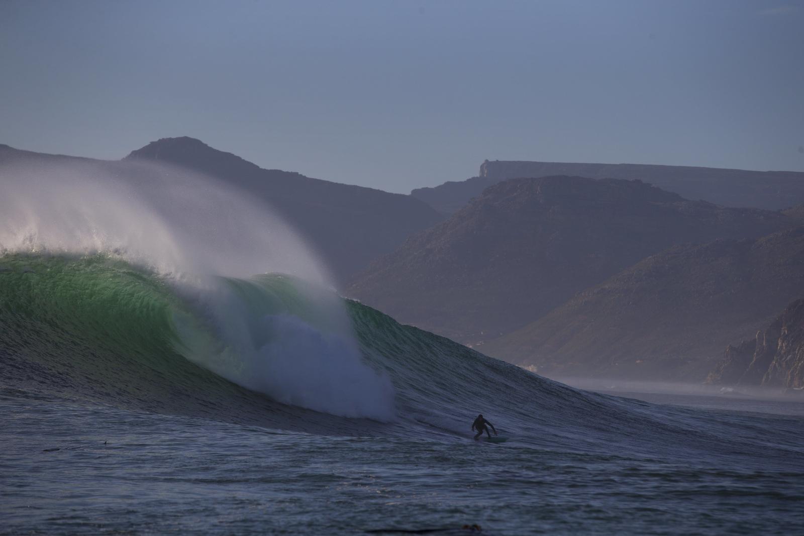 Surfowanie na wielkich falach, Kapsztad, Republika Południowej Afryki.