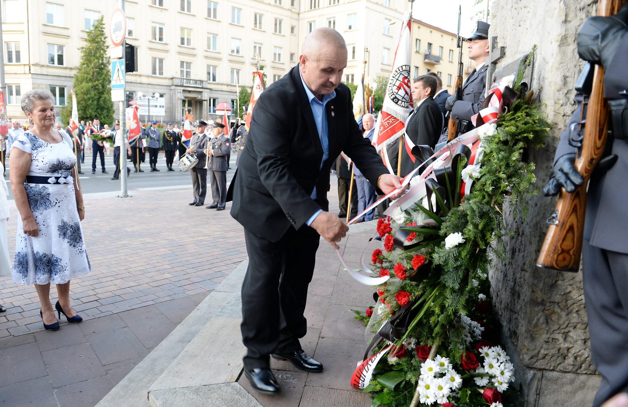 Radom, Prezes Stowarzyszenia Czerwiec'76 składa kwiaty przy symbolicznym kamieniu upamiętniającym uczestników protestu z czerwca 1976 r., w 41. rocznicę wydarzeń, fot: PAP/Piotr Polak