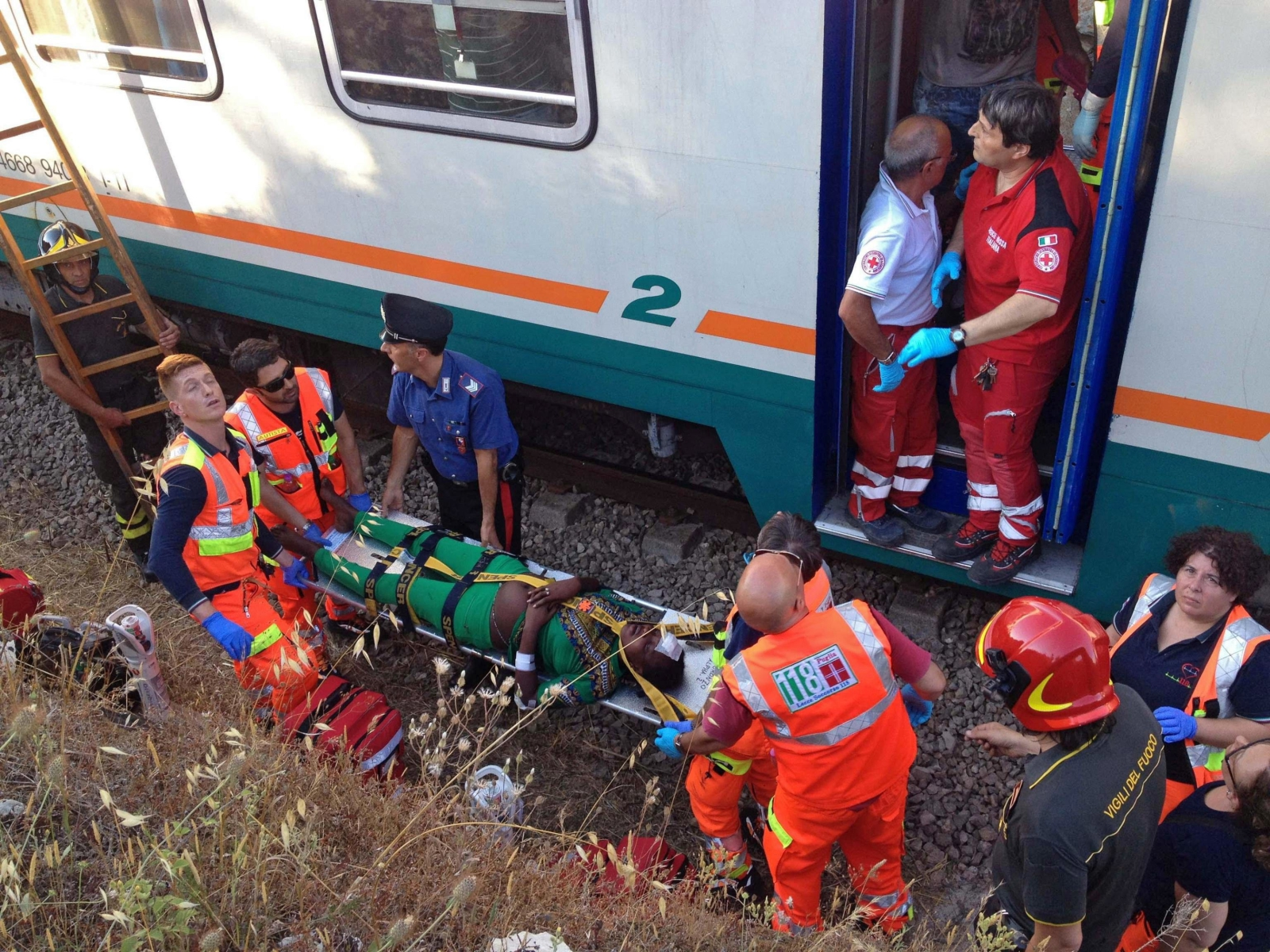 Włoscy ratownicy medyczni, podczas interwencji na miejscu wypadku, gdzie zderzył się dwa pociągi.