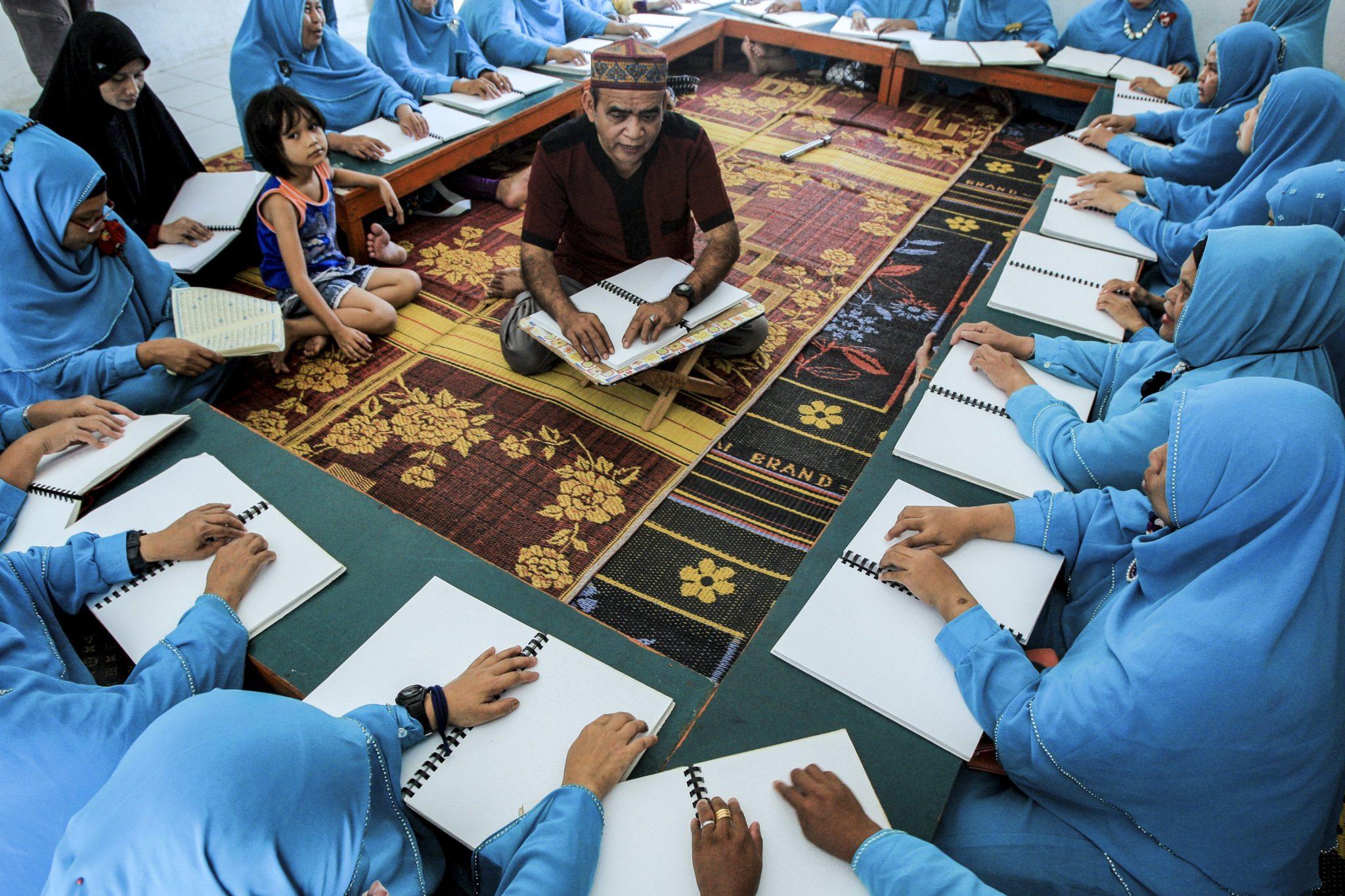 Ramadan w Indonezji. Niewidome kobiety czytają Koran w języku Brajla w Madan.