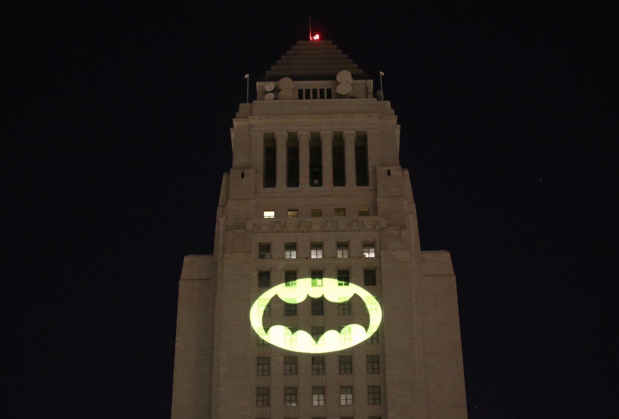 iluminacja hologramu Batmana w Los Angeles w Stanach Zjednoczonych