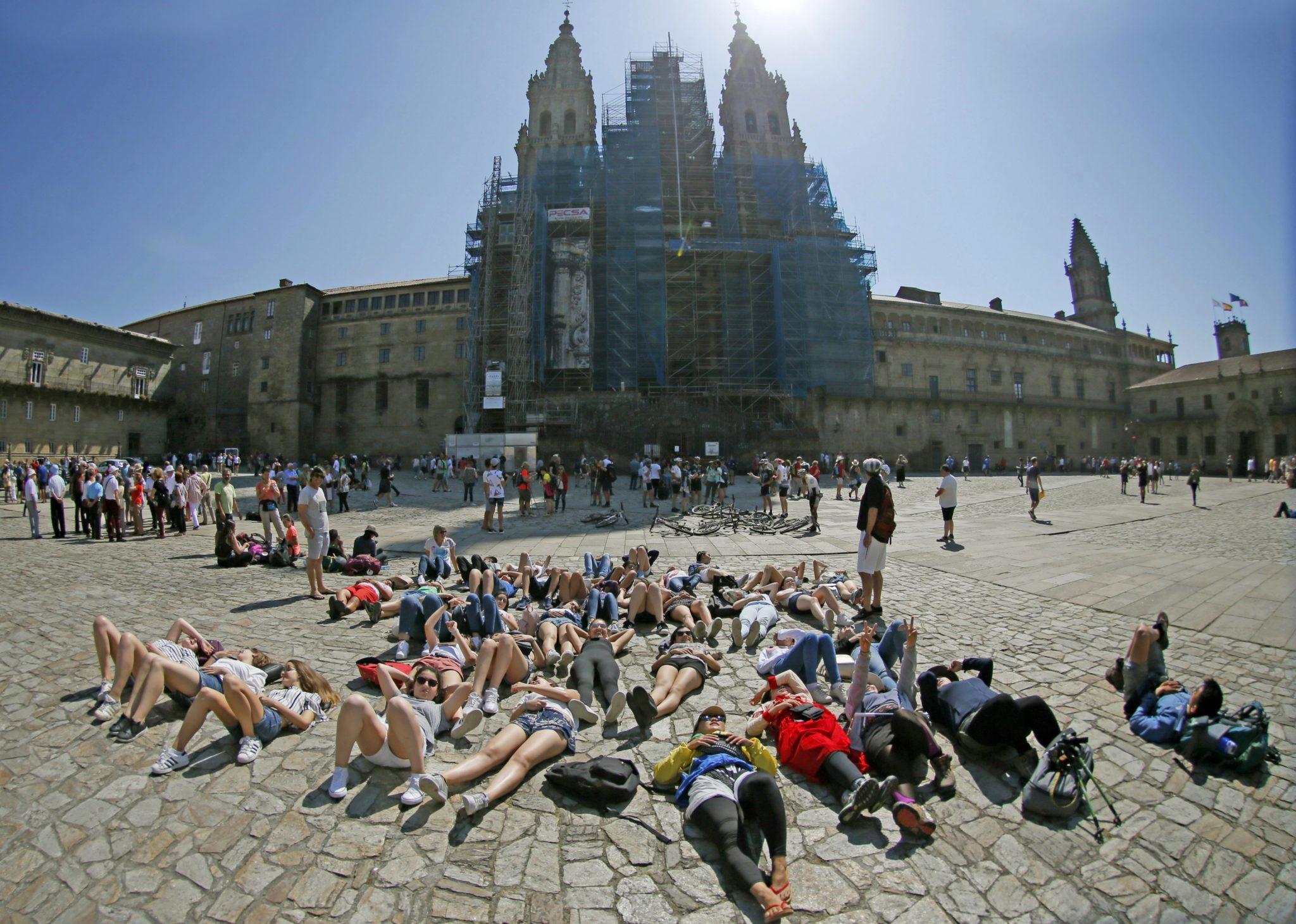 Pielgrzymki odpoczywający pod katedrą w Santiago de Compostela w Hiszpanii