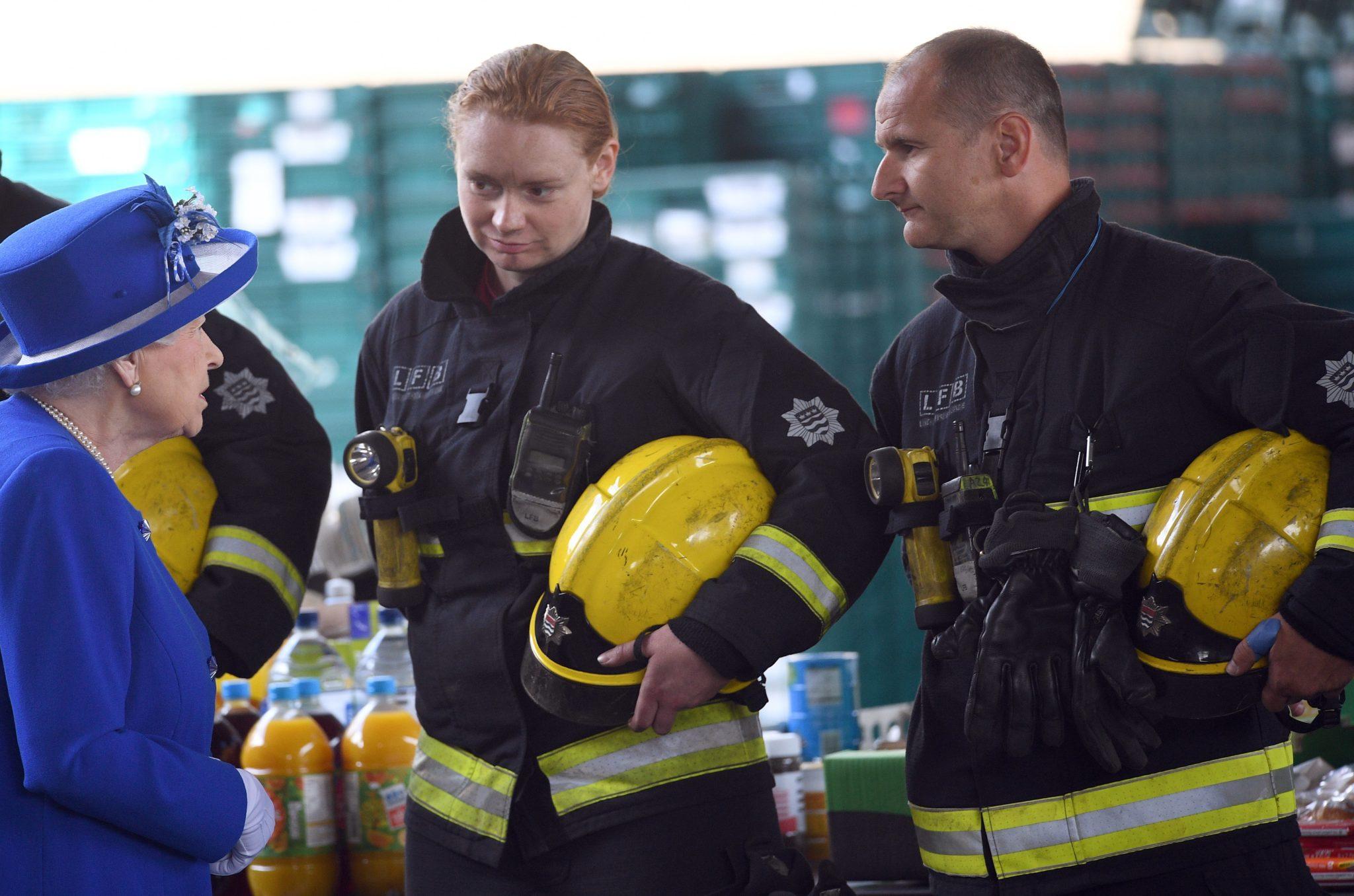 Spotkanie królowej Elżbiety ze strażakami biorącymi udział w akcji ratunkowej w londyńskim Grenfell Tower