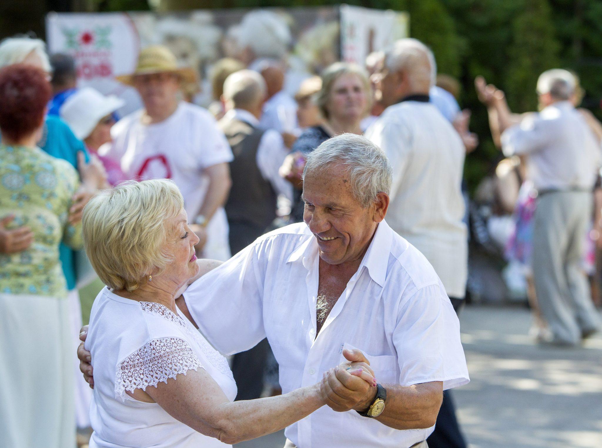 Starsi ludzie tańczący w parku Chisinau, w Mołdawii, fot: Dumitru Doru PAP/EPA.