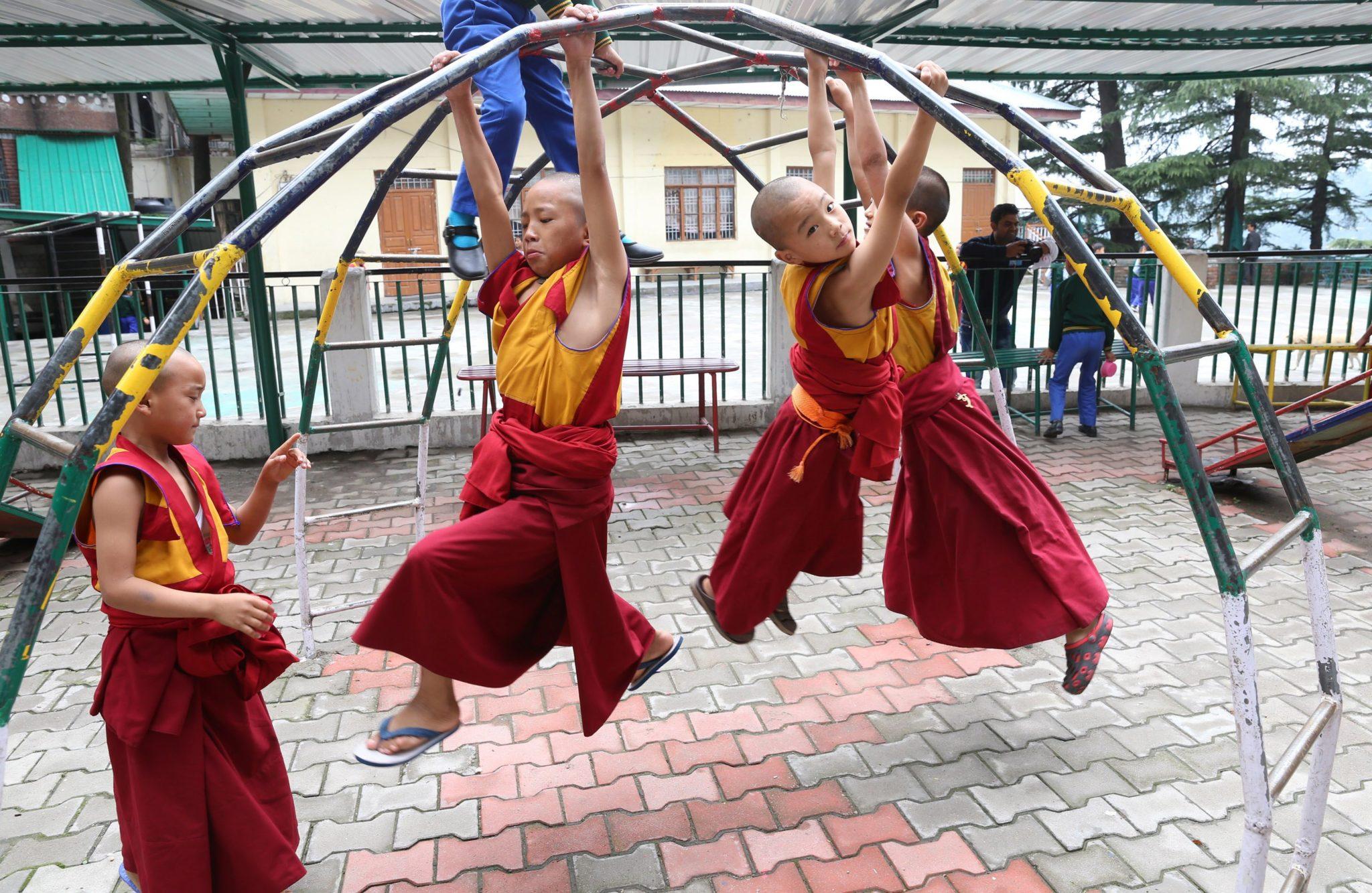 młodzi mnisi buddyjscy podczas zajęć z wychowania fizycznego