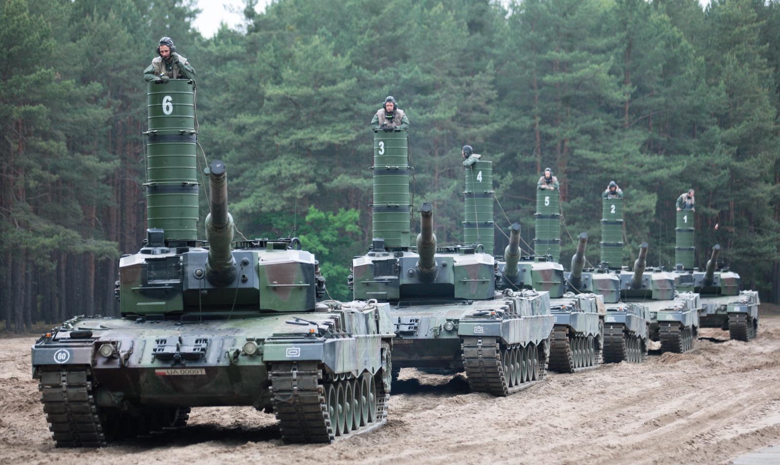 Żołnierze z jednostek 11. Lubuskiej Dywizji Kawalerii Pancernej podczas ćwiczeń z zakresu pokonania czołgami Leopard przeszkody wodnej - rzeki Odry,