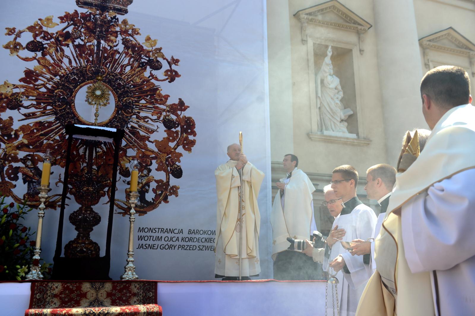 Metropolita warszawski kardynał Kazimierz Nycz podczas uroczystości Bożego Ciała w Warszawie.