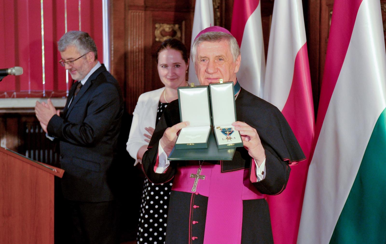 Krzyż Zasługi Orderu Węgierskiego dla abp. Andrzeja Dzięgi. Fot. PAP/Marcin Bielecki