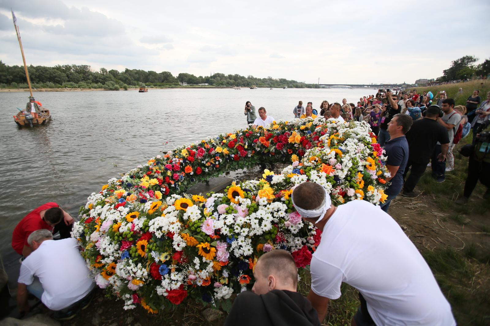 Warszawa, Wodowanie Warszawskiego Wianka Świętojańskiego. fot. PAP/Leszek Szymański