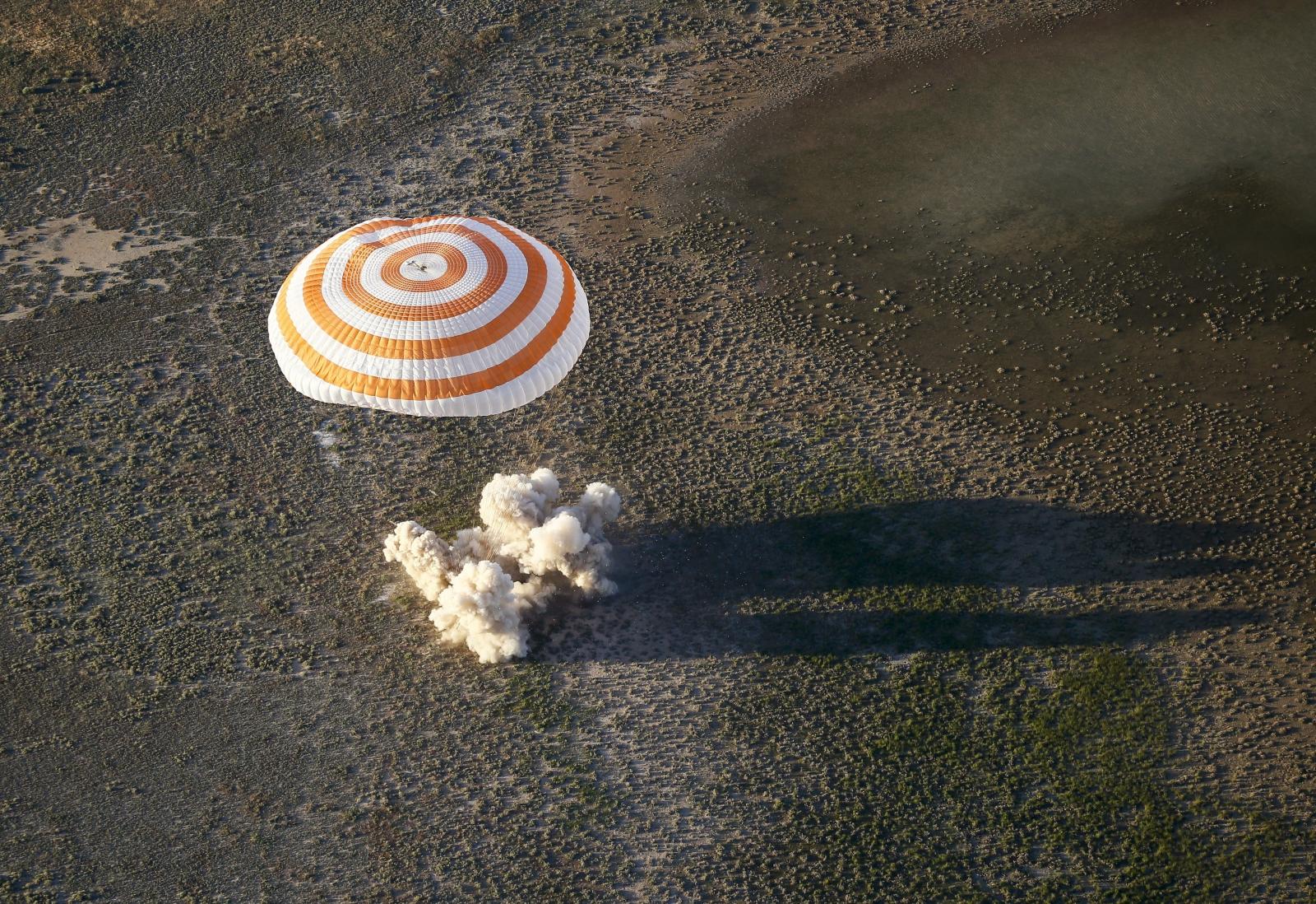 Soyuz MS-03 wrócił na ziemię z Międzynarodowej Stacji Kosmicznej. fot. EPA/SHAMIL ZHUMATOV