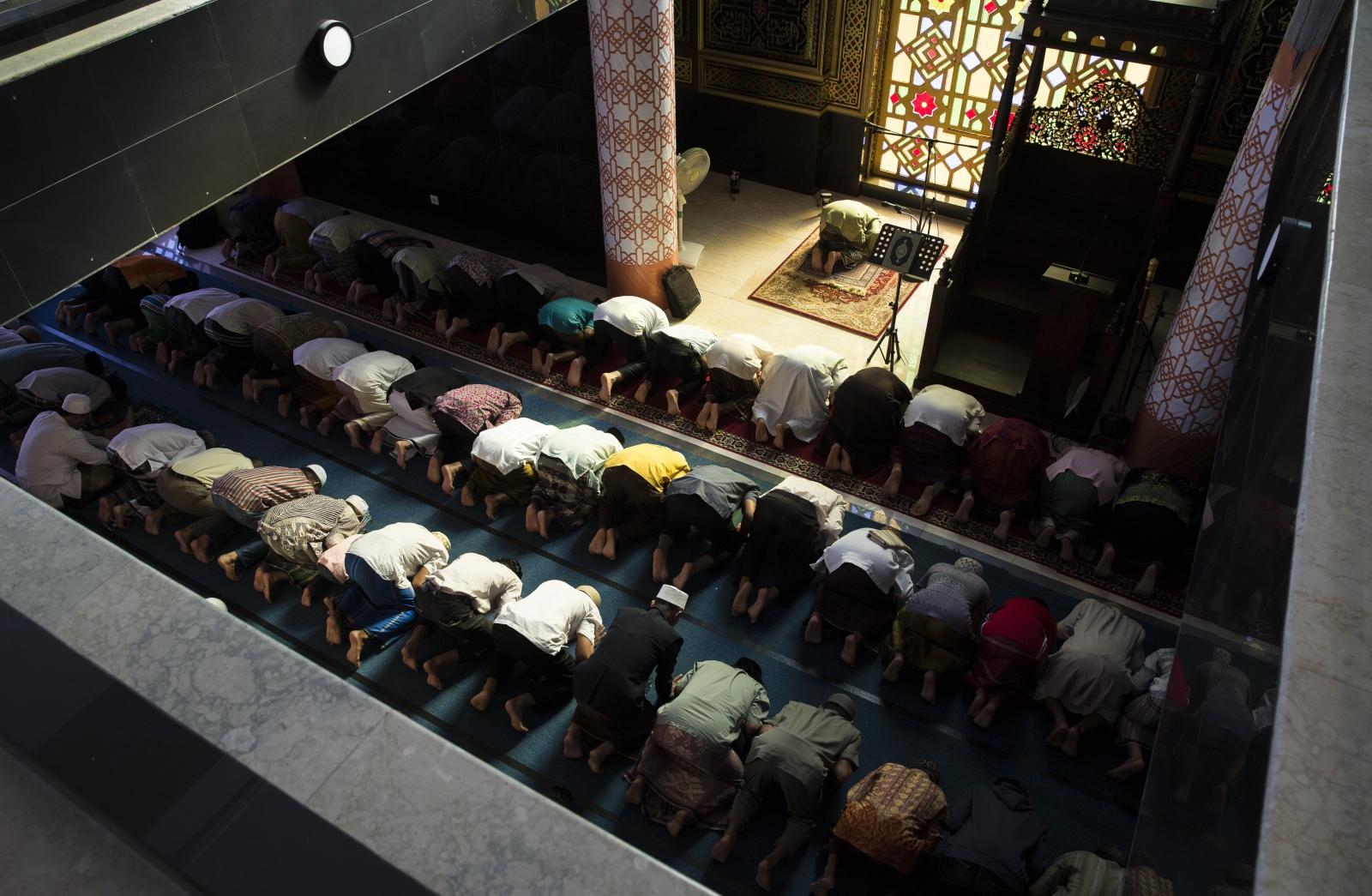 Muzułmanie modlą się w meczecie w trakcie świętego miesiąca Ramadanu, Denpasar, Bali, Infonezja