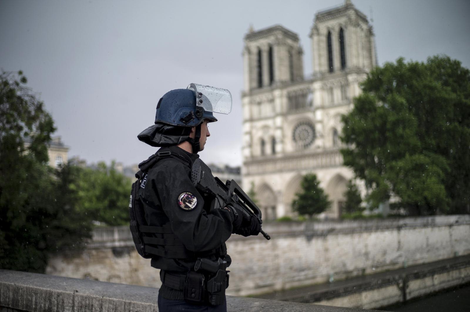Francuski policjant stoi pod katedrą Notre-Dam w Paryżu po ataku do którego doszło nieopodal.