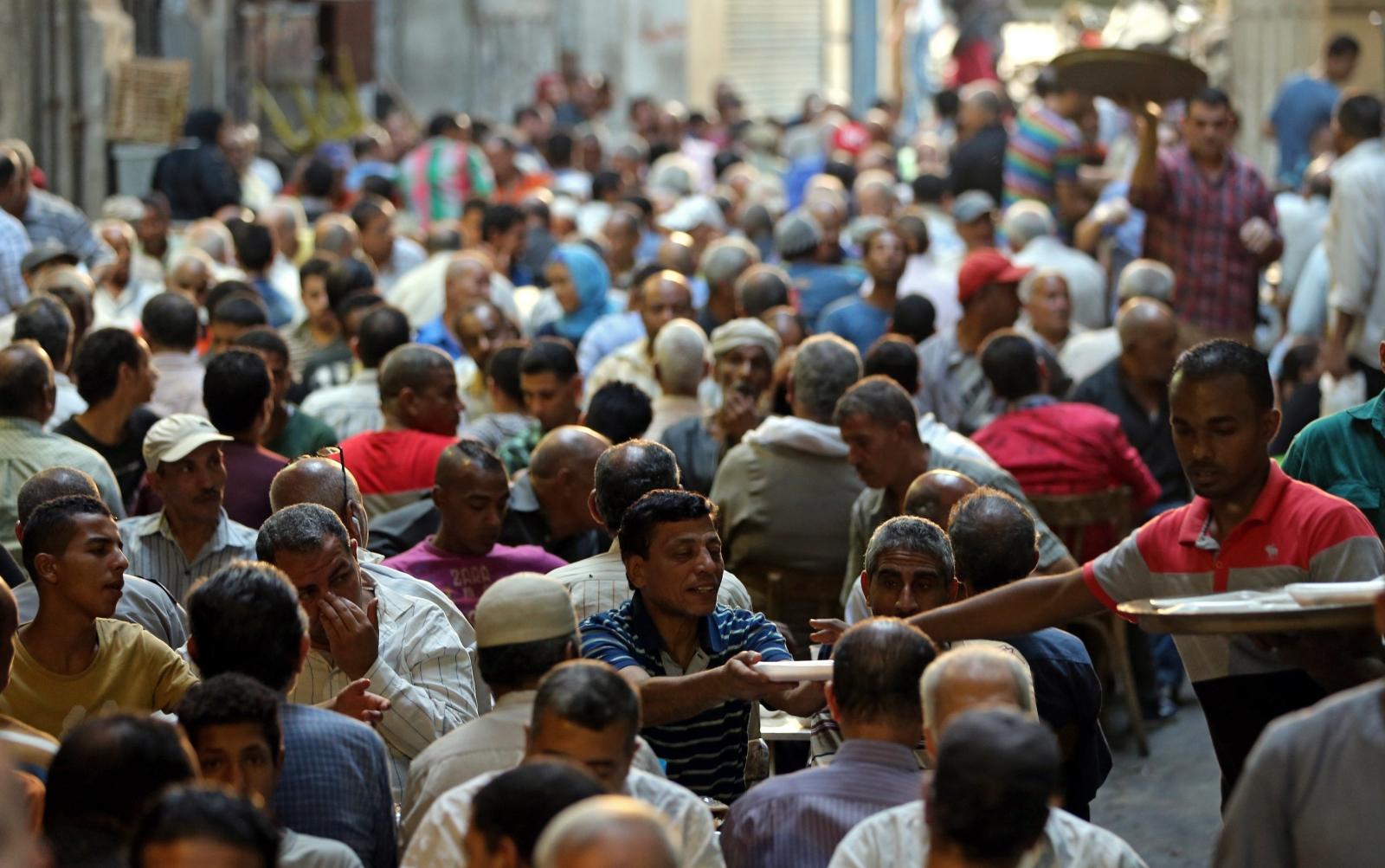 Muzułmanie otrzymują Iftar, posiłek jedzony o zachodzie słońca, żeby nie łamać postu w Ramadan.