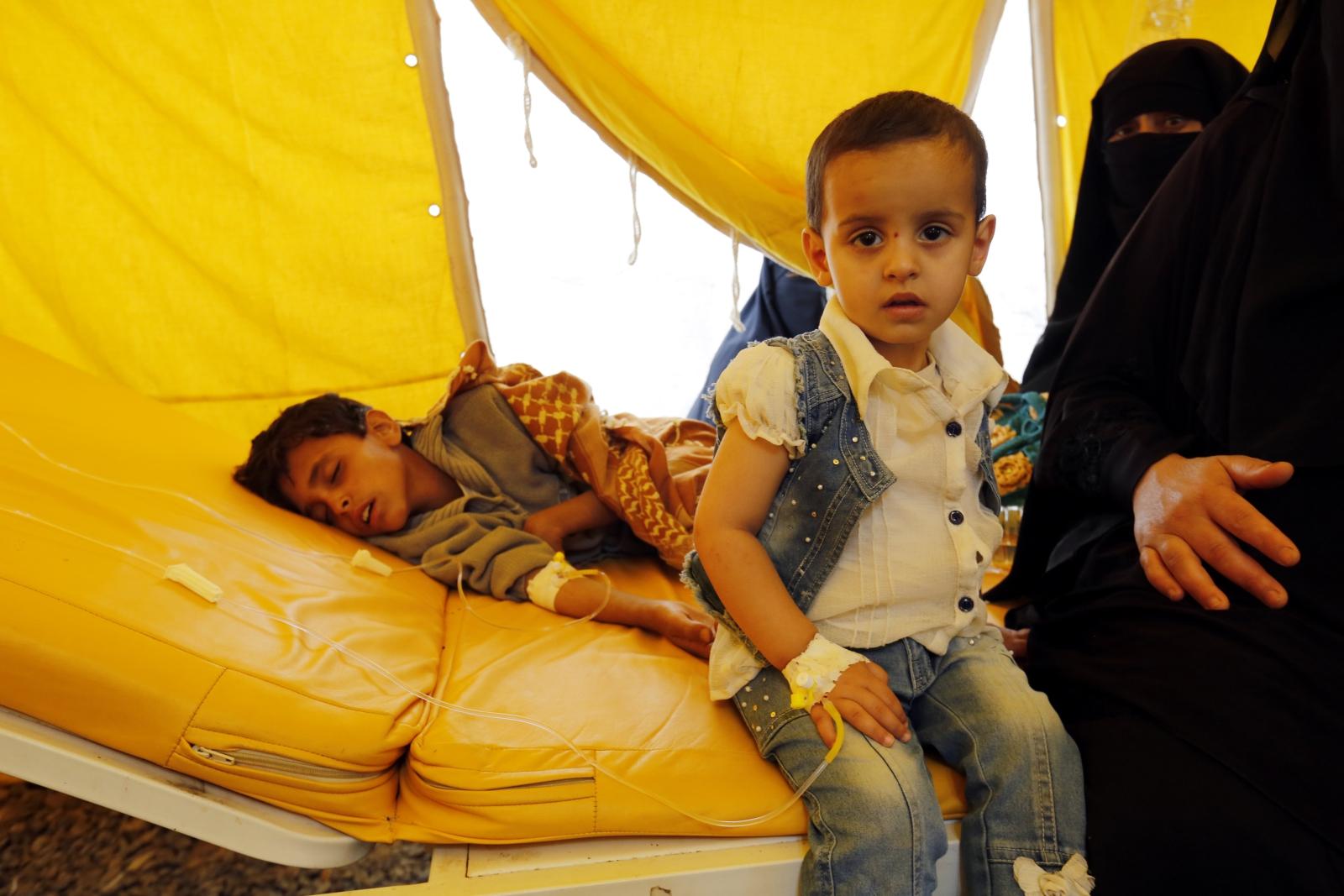 Dzieci podejrzane o cholerę otrzymują leki w szpitalu w Sanie, Jemen.