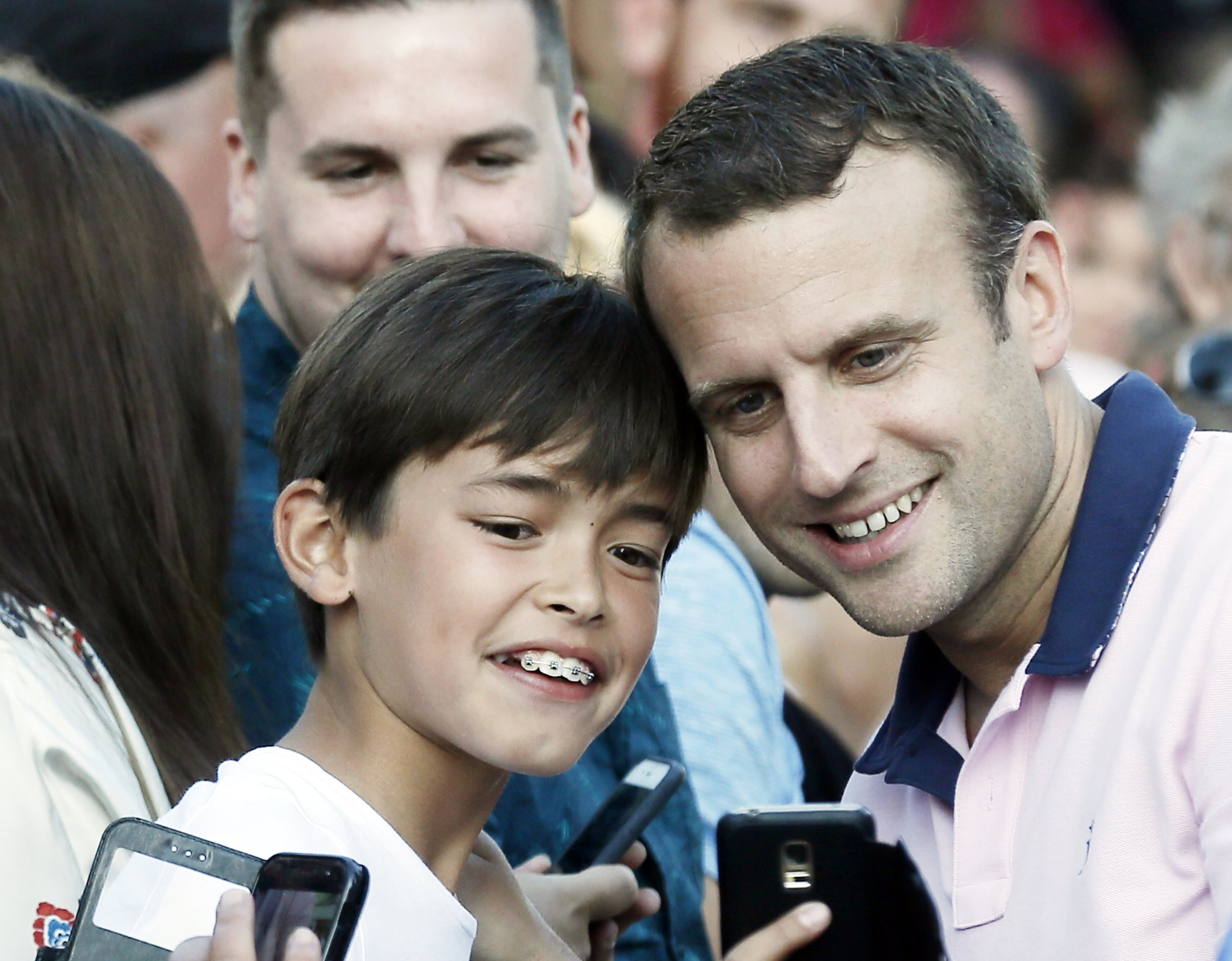 Selfie z prezydentem Francji. fot: Etienne Laurent / PAP, EPA