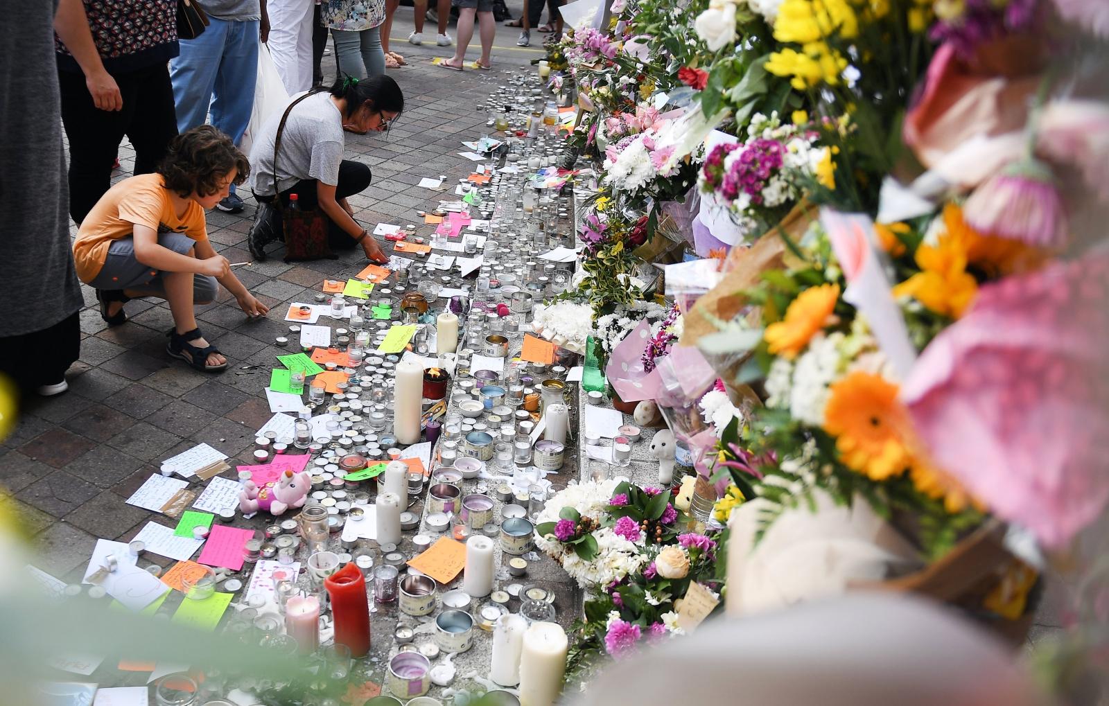 Londyn, kwiaty upamiętniające zmarłych w pożarze w bloku w zachodniej części miasta, fot: PAP/EPA.