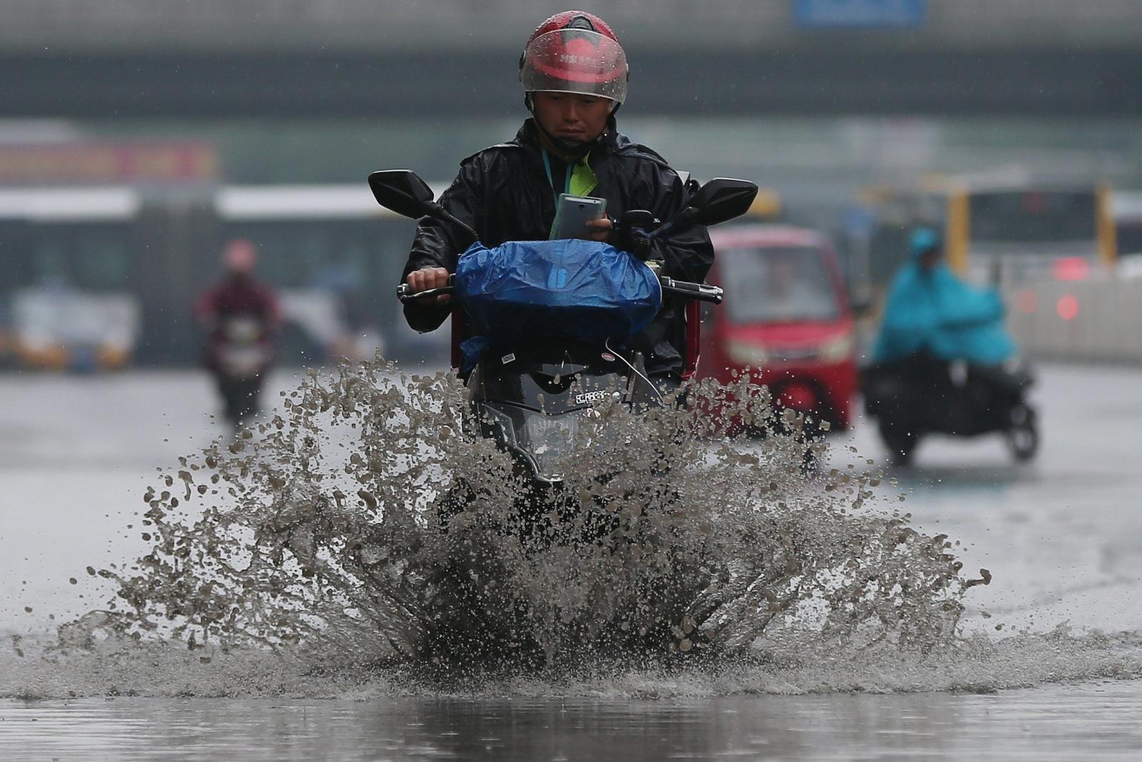 Ulewa w Pekinie. Fot.  EPA/WU HONG Dostawca: PAP/EPA.