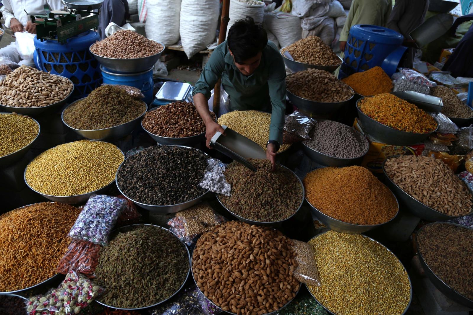 Sprzedaż suszonych owoców w Afganistanie. Fot. EPA/GHULAMULLAH HABIBI Dostawca: PAP/EPA.