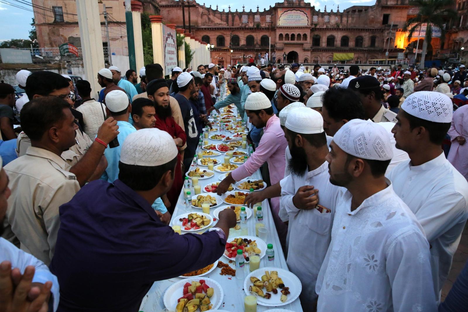 Indie, kolacja ramadanowa. fot. EPA/SANJEEV GUPTA