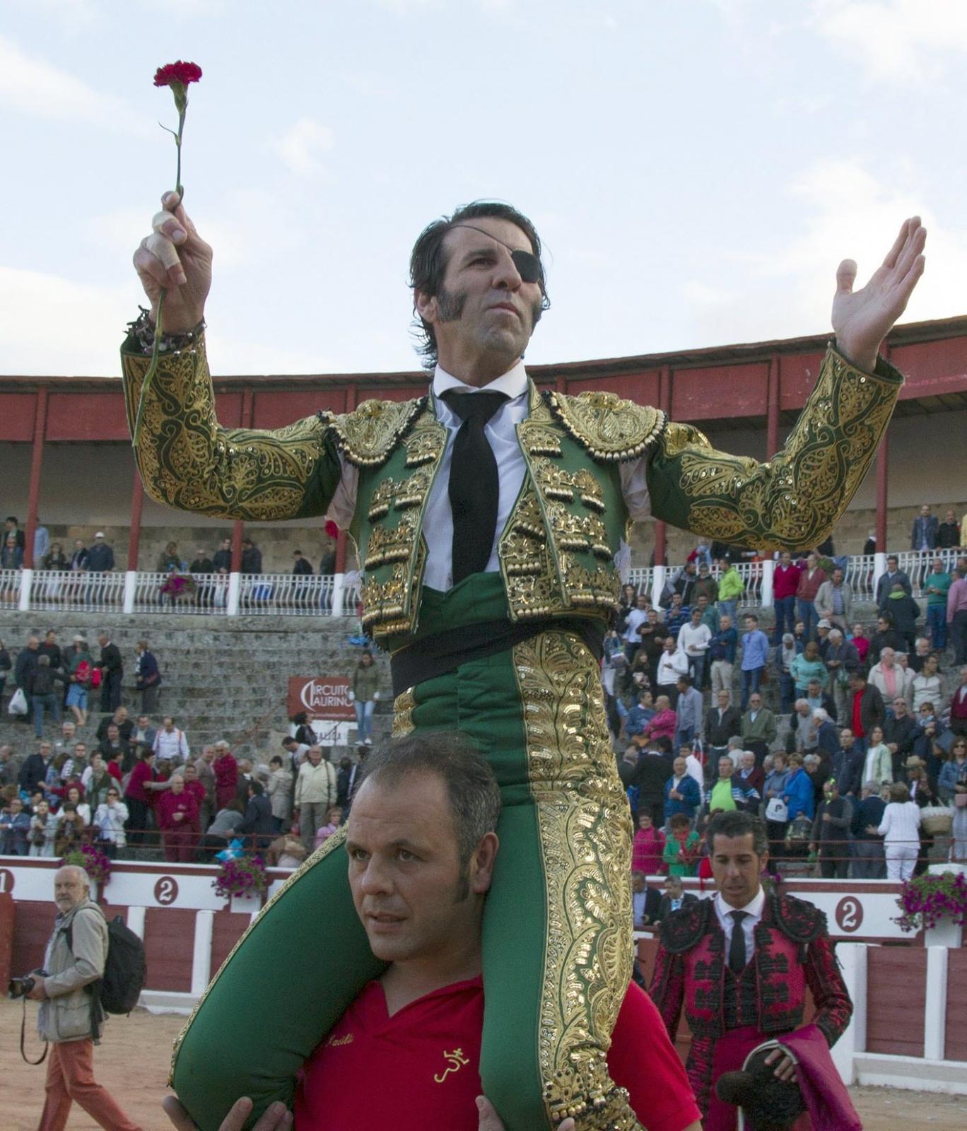 Hiszpański torreador Juan Jose Padilla niesiony przez publiczność po swoim wspaniałym występie, Zamora, zachodnia Hiszpania.