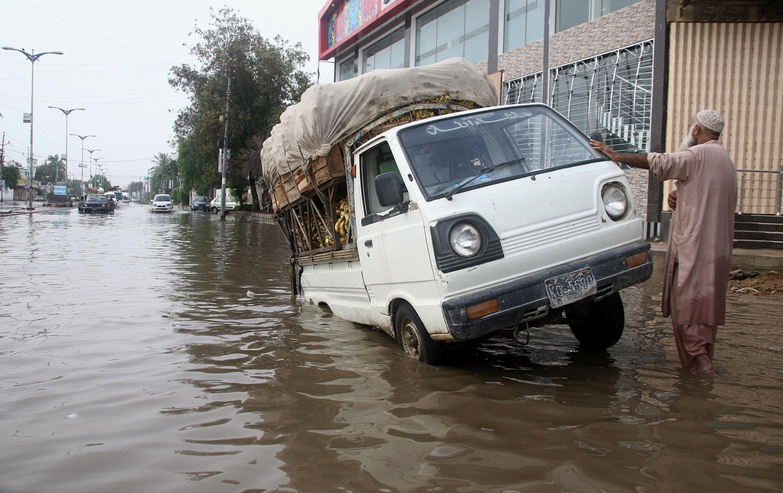 Ulica w Karaczi po ulewie. Fot.  EPA/SHAHZAIB AKBER Dostawca: PAP/EPA.