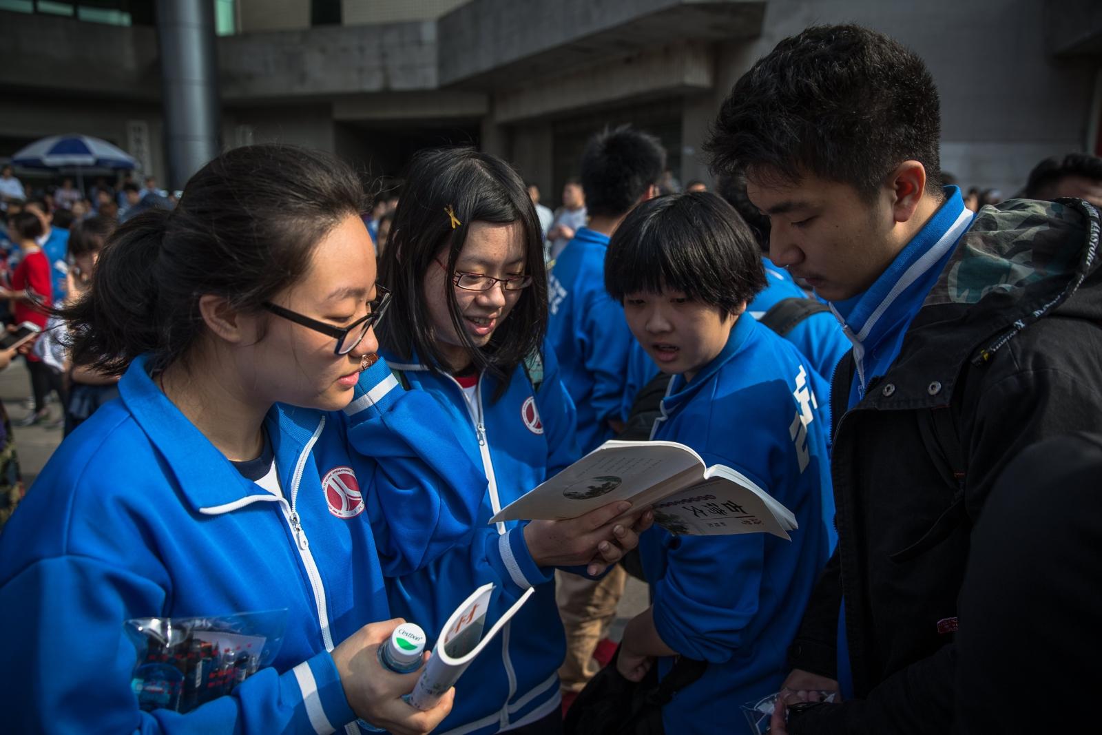 Studenci w Chinach przygotowują się do egzaminów, fot: PAP/EPA / Roman Pilipey