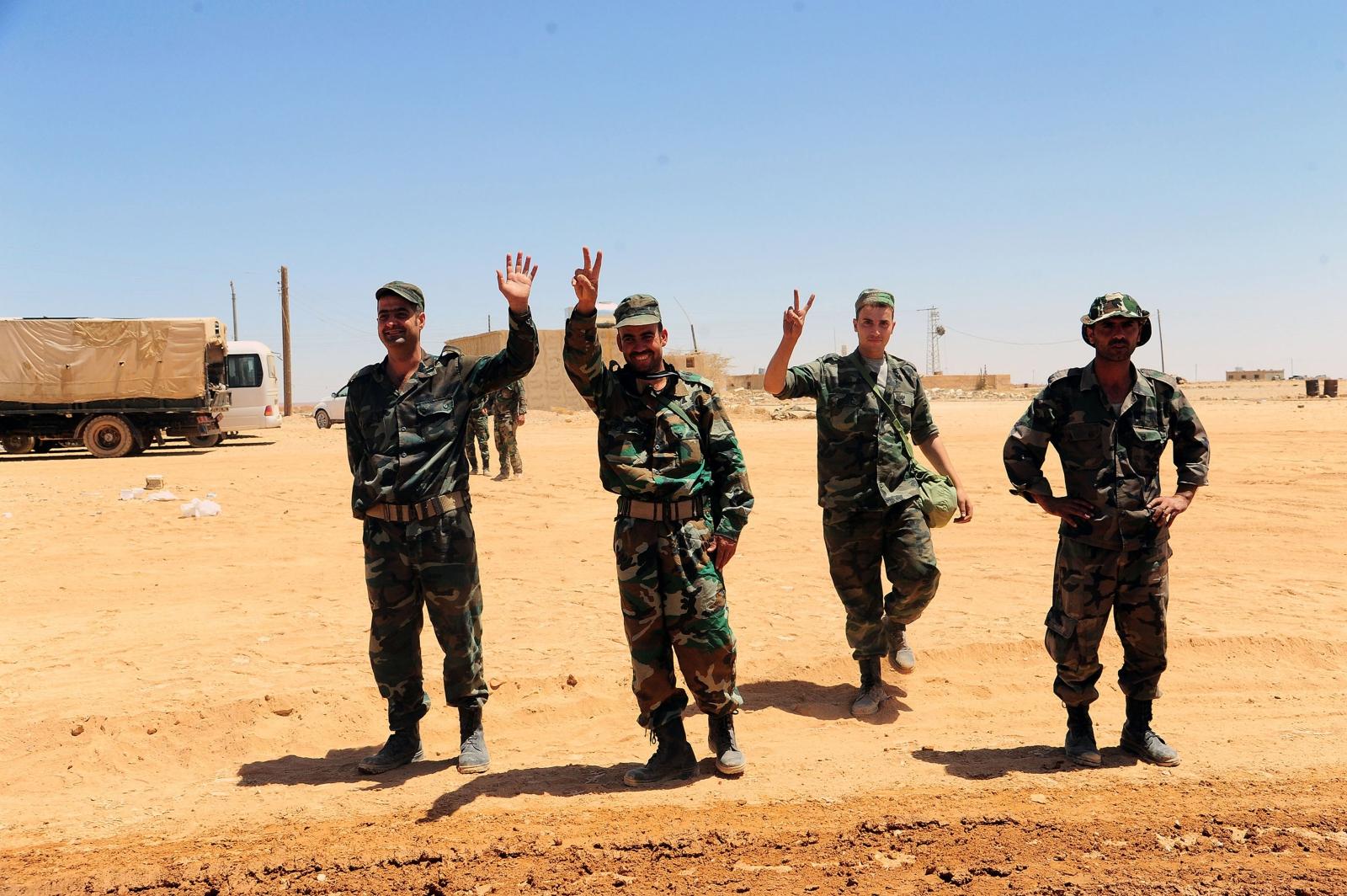 Żołnierze armii syryjskiej pozdrawiają z al-Badyah z Palmyra.