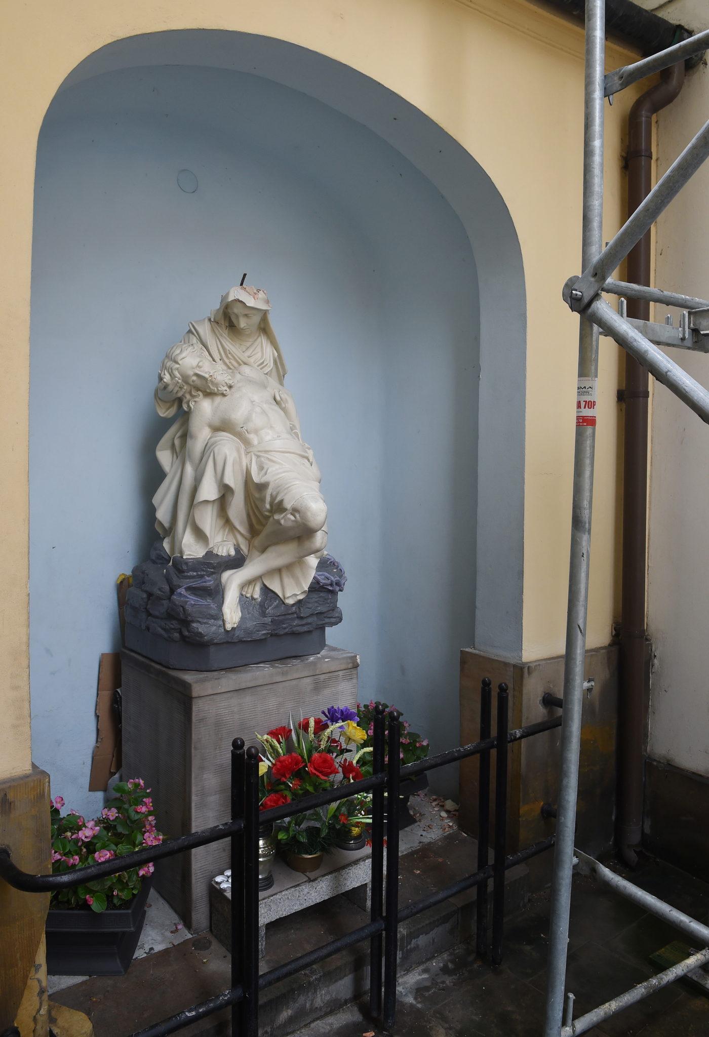 Zniszczona przez wandali Pieta przy kościele ojców kapucynów pw. Przemienienia Pańskiego na ul. Miodowej, fot: PAP/Radek Pietruszka