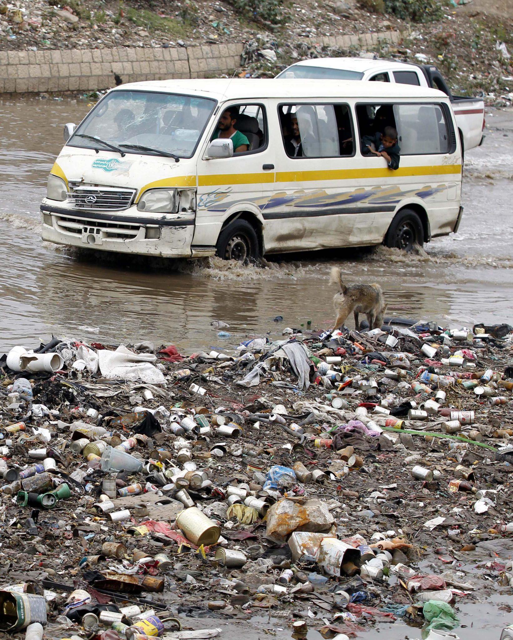 Jemen, Autobusy przejeżdżają przez zalaną drogę pokrytą odpadami po ciężkich deszczach w Sana'a, fot: Yahya Arhab, PAP/EPA