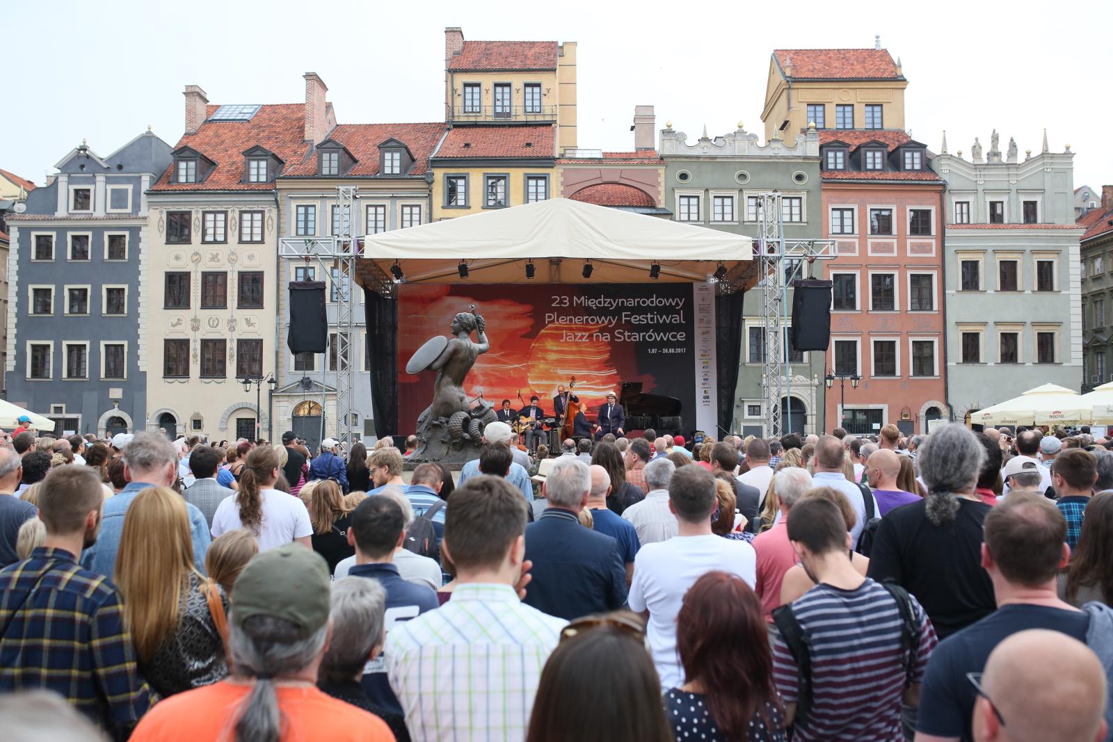 Koncert amerykańskiego gitarzysty Johna Pizzarelliego podczas koncertu w ramach 23. Międzynarodowego Plenerowego Festiwalu Jazz Na Starówce.