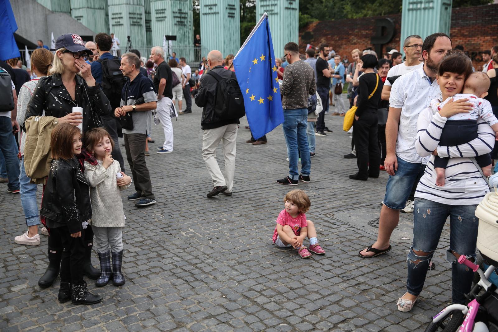 Uczestnicy protestu zorganizowanego przez KOD, Warszawa