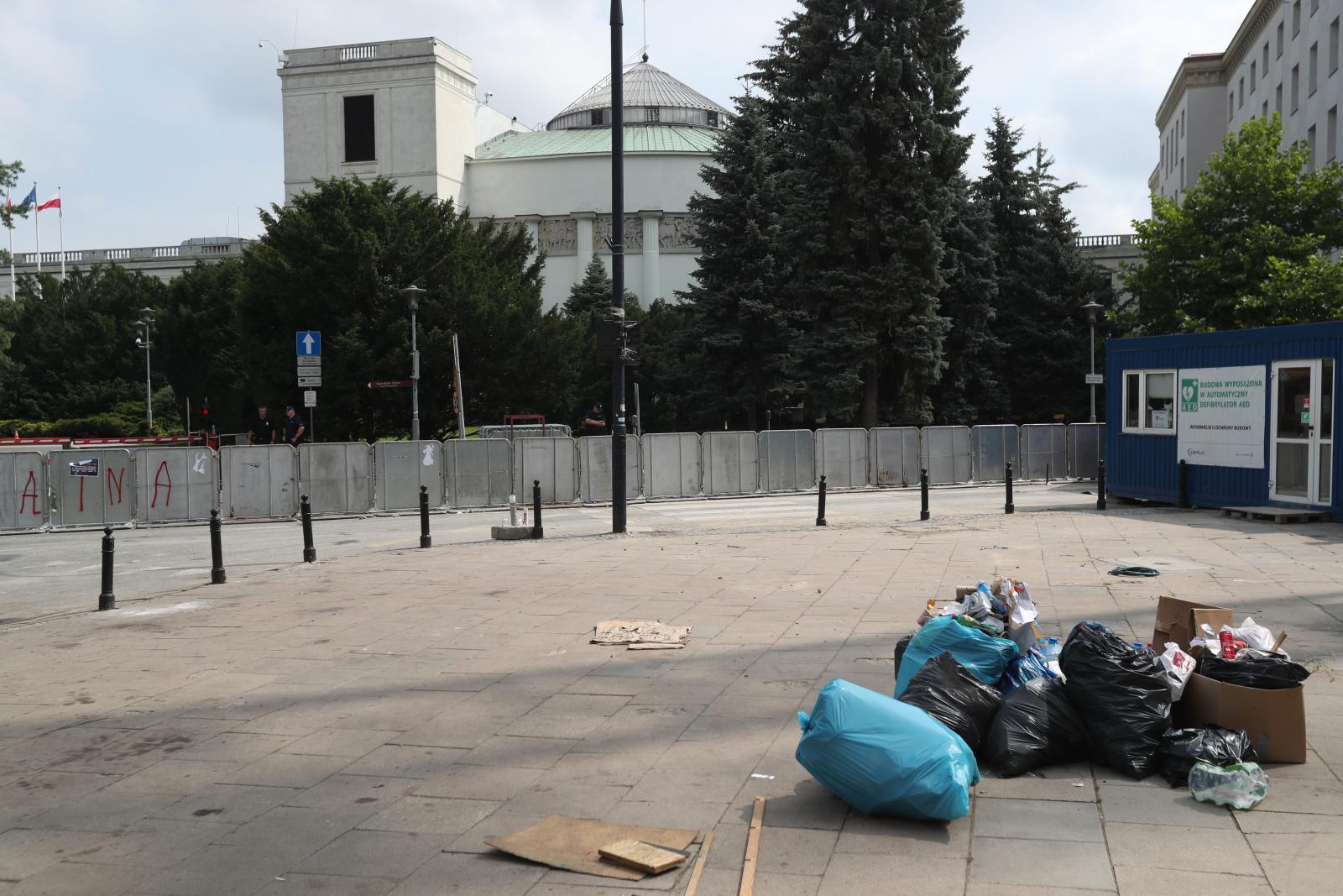 Plac przed Sejmem w Warszawie, po protestach w sprawie SN