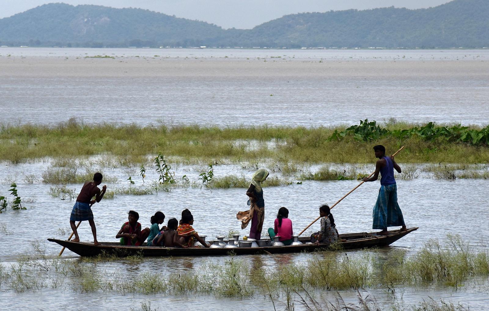 Powódż w indyjskim stanie Asam. Fot. EPA/STR  Dostawca: PAP/EPA.