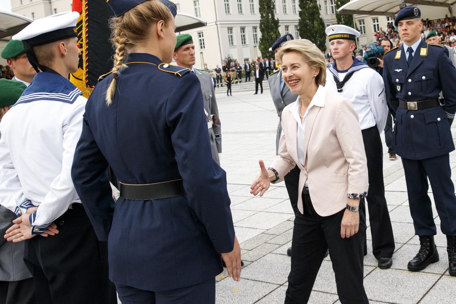 Niemiecka minister obrony Ursula von der Leyen wita się z rekonstruktorami historycznymi, z czasów II Wojny Światowej