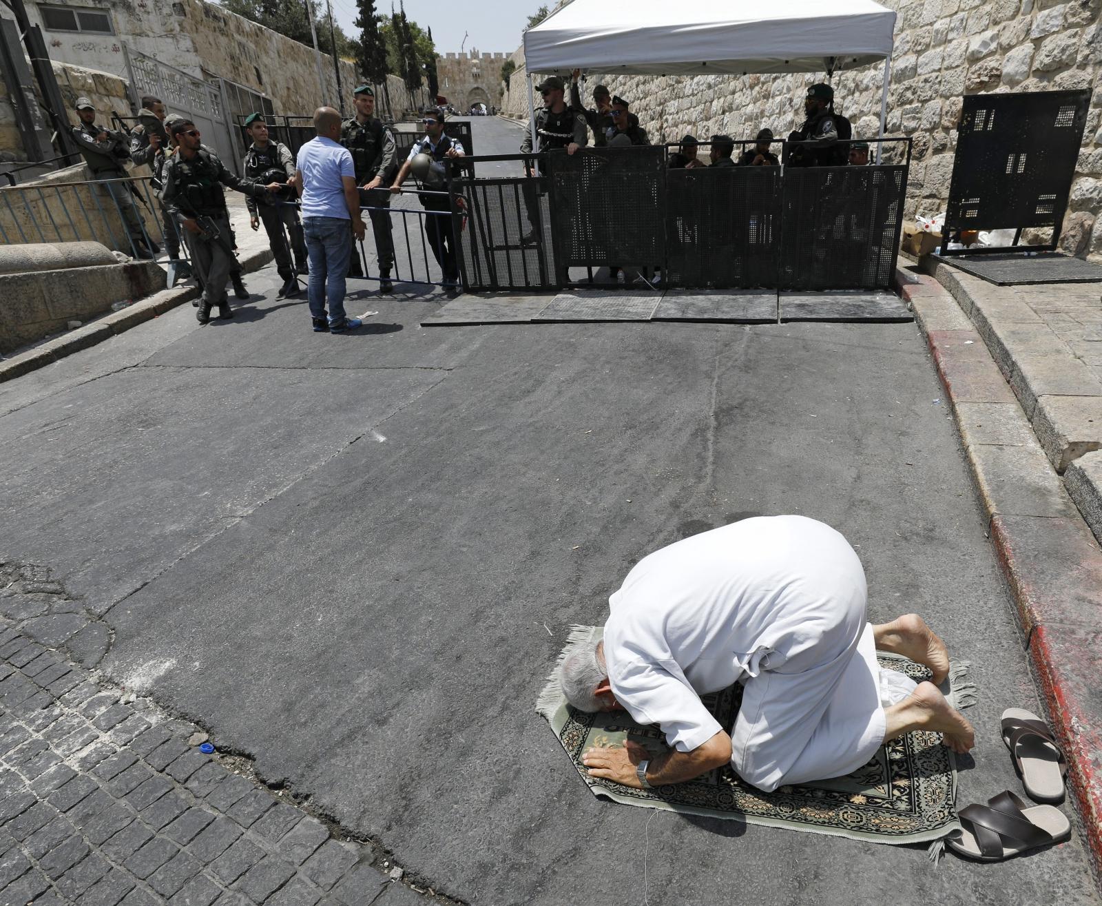 Palestyńczyk modli się w Jerozolimie