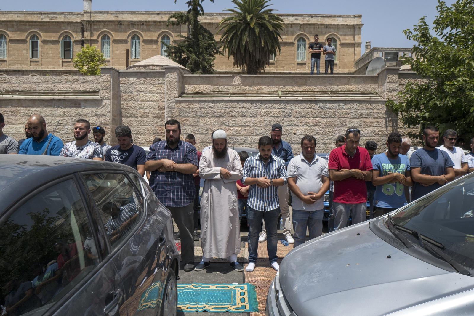 Palestyńscy muzułmanie modlą się przed meczetem Al-Aksa w Palestynie