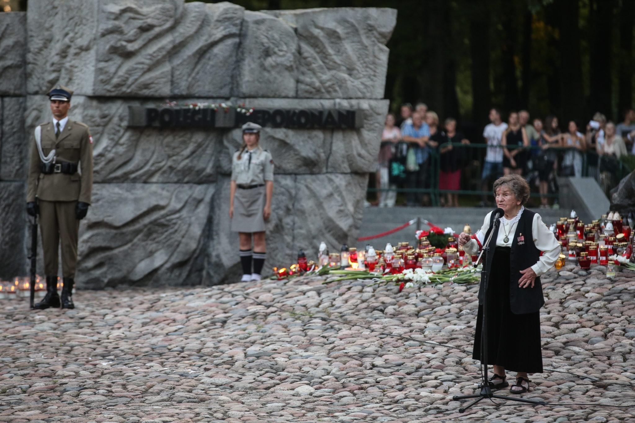 Warszawa, Działaczka podziemia niepodlegściowego w czasie II wojny światowej, żołnierz Armii Krajowej,Wanda Traczyk-Stawska (P) podczas uroczystoœci przed pomnikiem