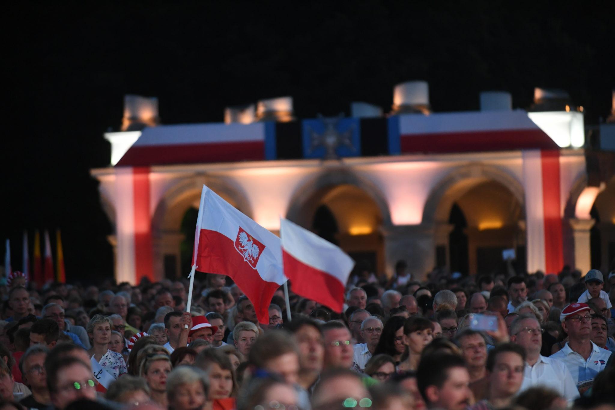 Wspólne śpiewanie pieśni, Plac Piłsudskiego, fot: PAP/Bartłomiej Zborowski