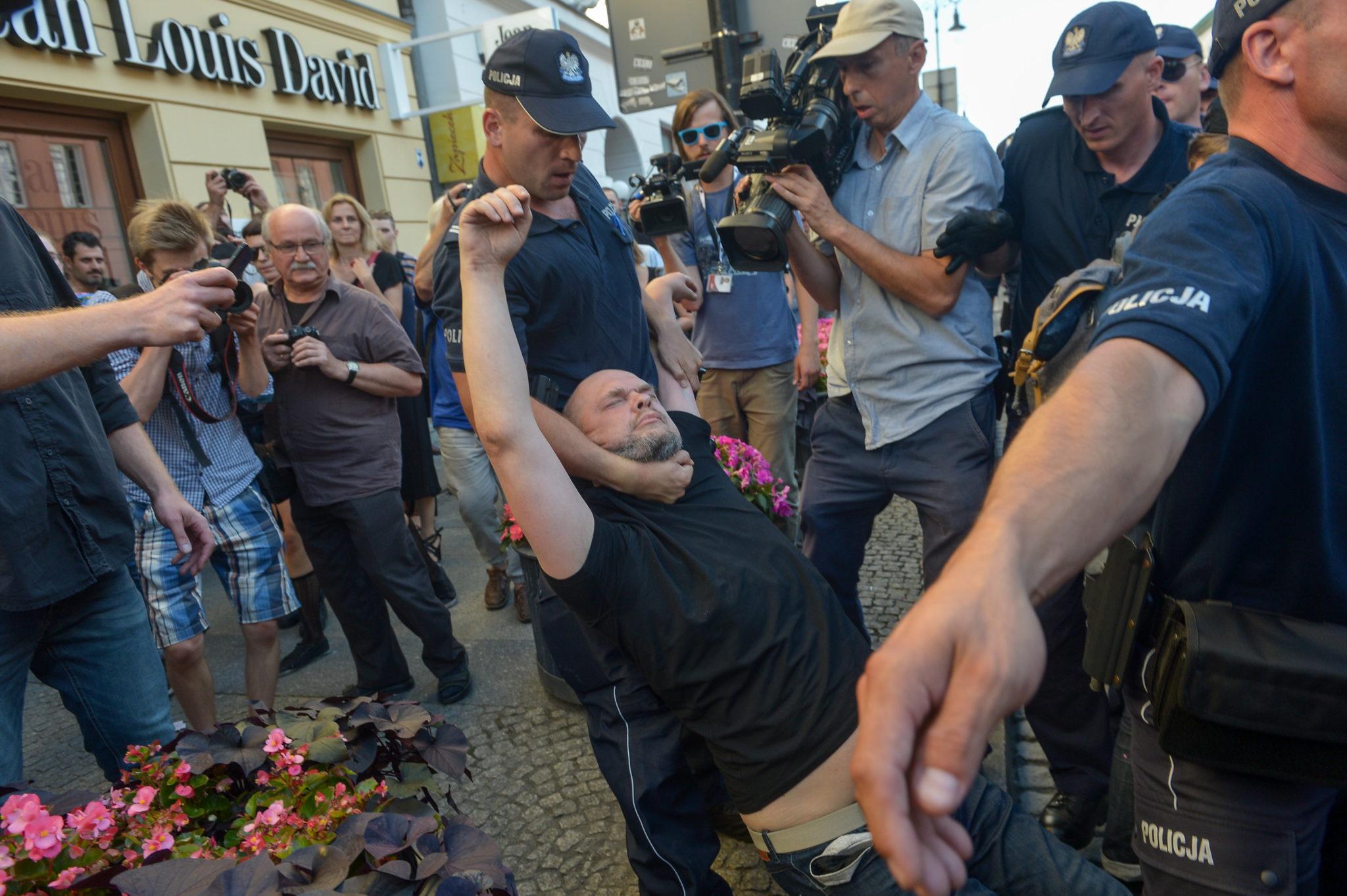 Warszawa, Policja usuwa grupę Obywateli RP, którzy usiłowali zablokować przemarsz Młodzieży Wszechpolskiej (Marsz Zwycięstwa Rzeczypospolitej), PAP/Marcin Obara