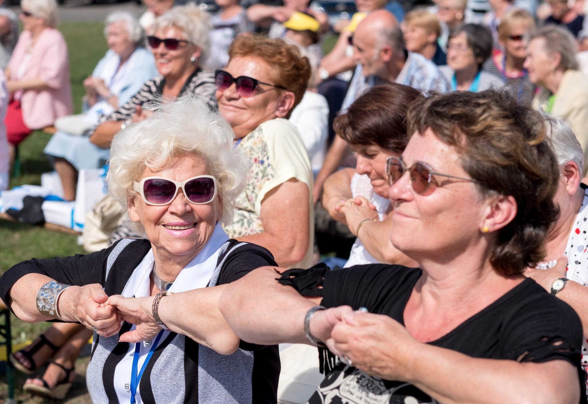 Senioralia w Jaworznie, zainteresowani mogli skorzystać z porad specjalistów w zakresie zdrowia i diety, ale także z aktywnych zajęć - jak nordic walking, fot: Andrzej Grygiel
