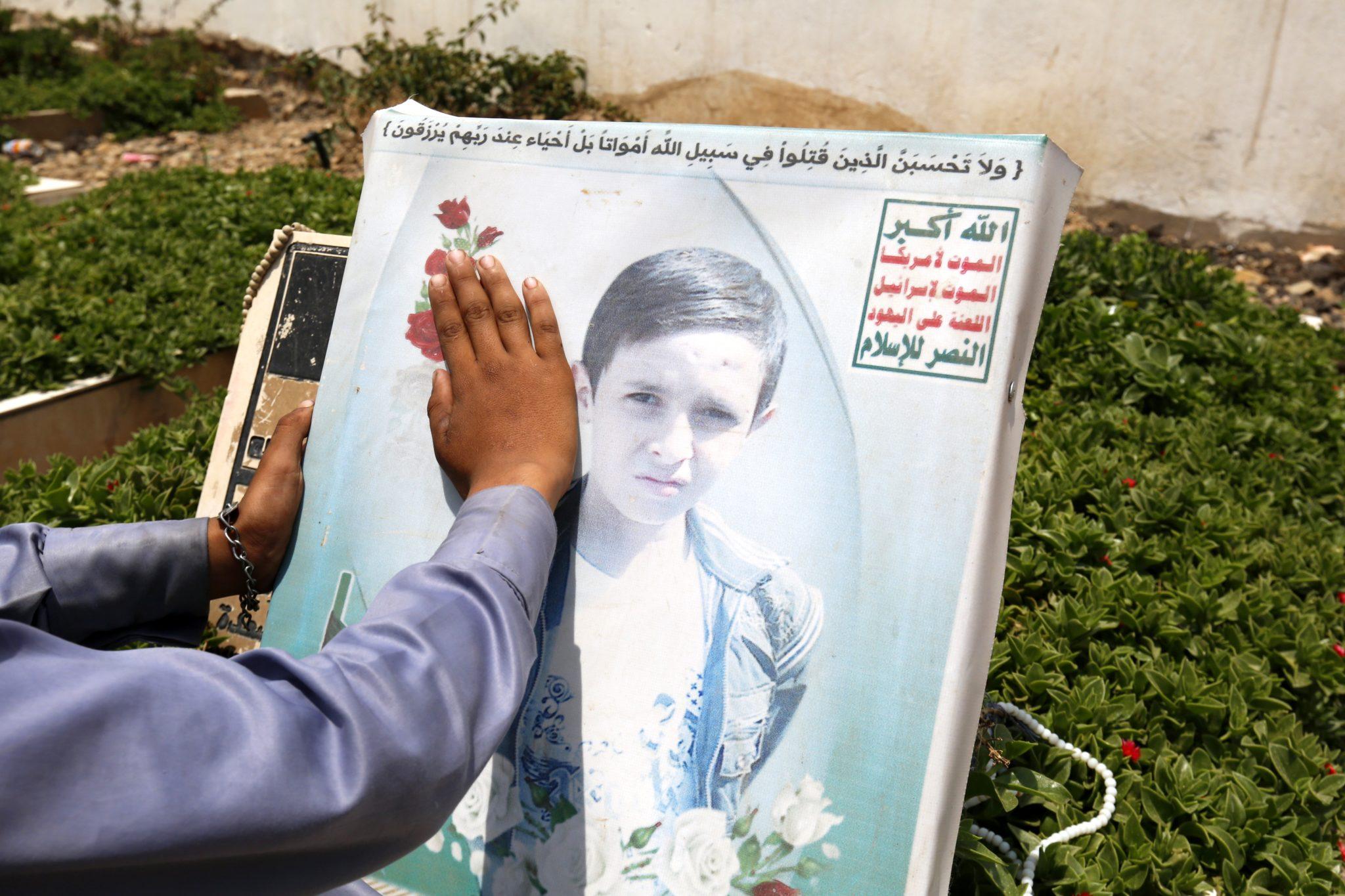 Jemen. Portrety dzieci zabitych w trwającym w tym kraju konflikcie. Według ostatniego raportu UNICEFU w konflikcie w tym roku zginęło w sumie 200 dzieci. fot: Yahya Arhab, PAP/EPA