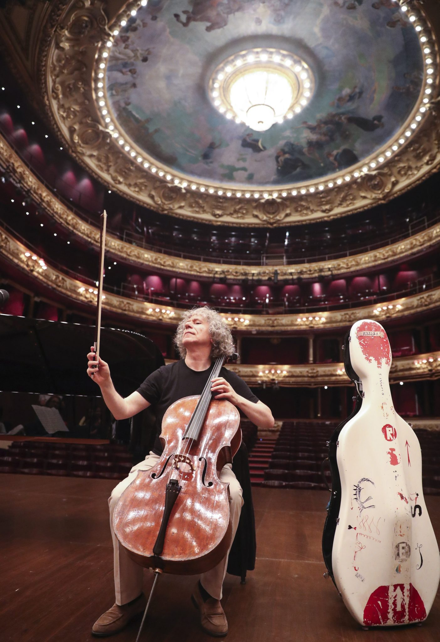 Brytyjczycy wiolonczeliści występują w Teatrze Wiktorii Eugenia w San Sebastian, Hiszpania, fot: Javier Etxezarreta, PAP/EPA