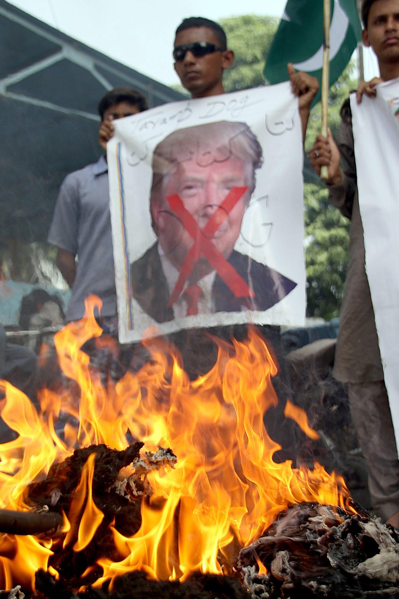 Antyamerykański protest w Pakistanie, w Karachi. Władze kraju z oburzeniem odrzucają zarzuty o to, że wspolpracowali z terrorystami, fot:Shahzaib Akber, PAP/EPA