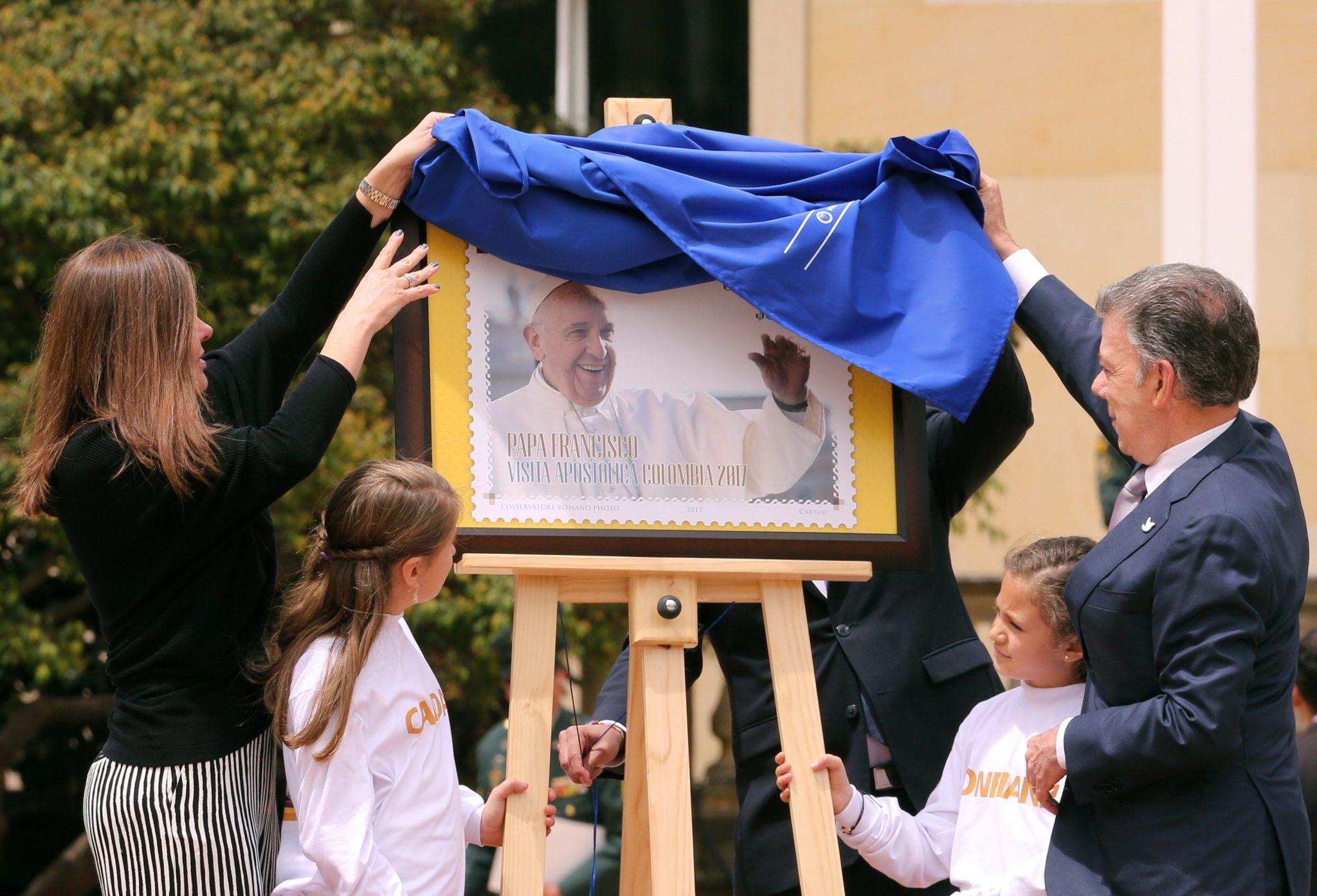 Prezydent Kolumbii publikuje pieczęć upamiętniającą wizytę papieża Franciszka w kraju (zaplanowana na wrzesień), fot: Mauricio Dueńas Castańeda, PAP/EPA