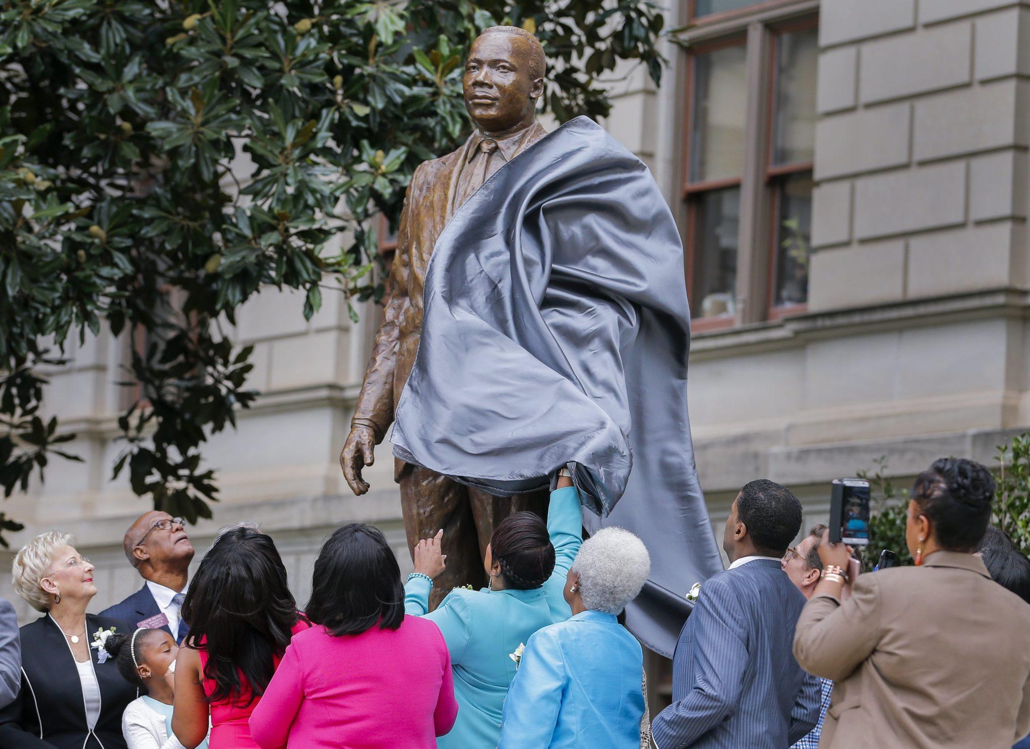Członkowie rodziny i urzędnicy państwowi odsłaniają figurę przywódcę praw obywatelskich Martina Luthera Kinga przy Kapitolu stanu Georgia w Atlancie, USA, fot: Erik S. Lesser, PAP/EPA